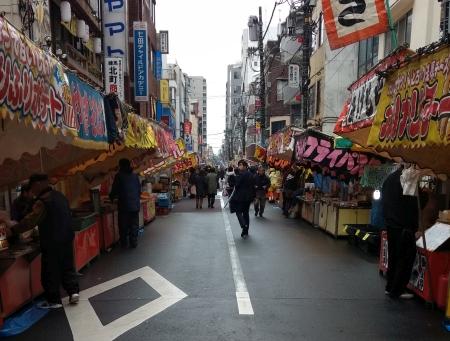 練馬練馬大鳥神社酉の市、露店がずらっと並ぶ様子